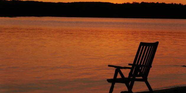 Coucher de soleil avec chaise